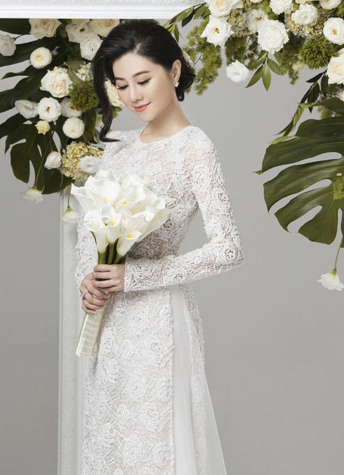 Với kiểu trang phục này hoa cưới đi kèm nên cùng màu, thiết kế đơn giản để làm nổi bật vẻ thanh thoát, dịu dàng của cô dâu.