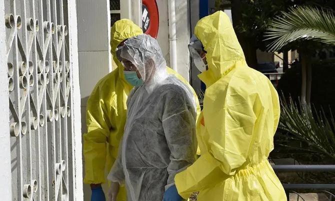 Các nhân viên y tế Algeria mặc trang phục bảo hộ được chụp hình trước đơn vị đặc biệt của bệnh viện El-Kettar để điều trị các trường hợp nhiễm coronavirus mới ở thủ đô Algiers vào ngày 26 tháng 2 năm 2020.