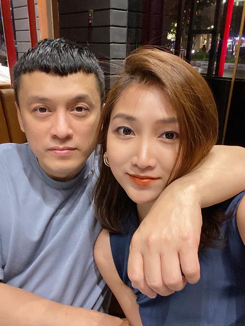Chia sẻ ảnh tình tứ bên chồng, bà xã Lam Trường nói: Tưởng đâu say nắng nhất thời. Ai ngờ say nắng cả thời thanh xuân.