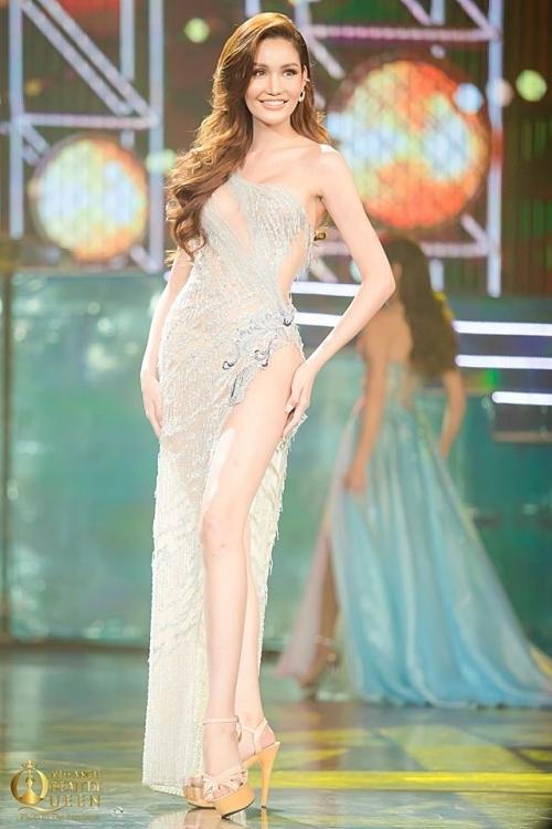Đôi chân thon dài của thí sinh Thái Lan - Dear Ritai Pryasiyong - được tôn lên nhờ đường xẻ cao. Cô là thí sinh sở hữu hình thể đẹp của cuộc thi cùng chiều cao 1,74m.