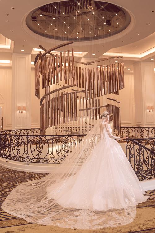 Voan váy dài, có họa tiết, hoa văn gợi nhắc tới lễ phục cưới xa xỉ của phụ nữ Trung Đông, mang nét đẹp vương giả, giúp người diện như biến thành công chúa trong câu chuyện cổ tích.
