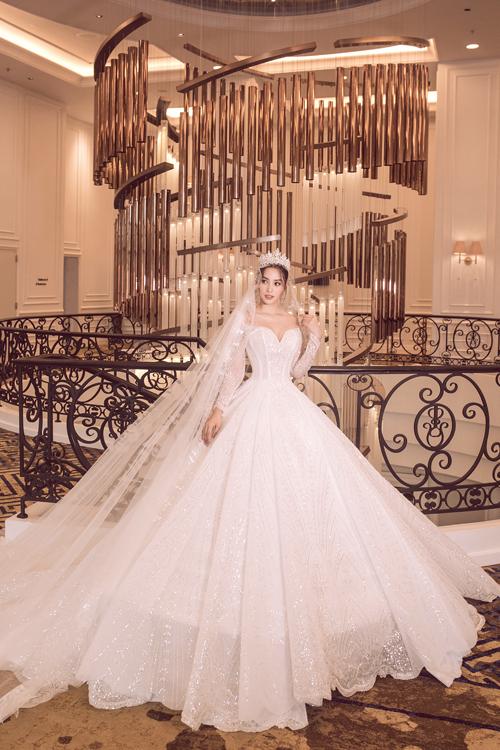 Điểm nhấn trong các mẫu váy cưới sắp ra mắt của Anh Thư là sự cân bằng, phối trộn tinh tế giữa những yếu tố đối nghịch từ chất liệu trong - đục, phong cách tối giản - cầu kỳ, cổ điển - hiện đại.