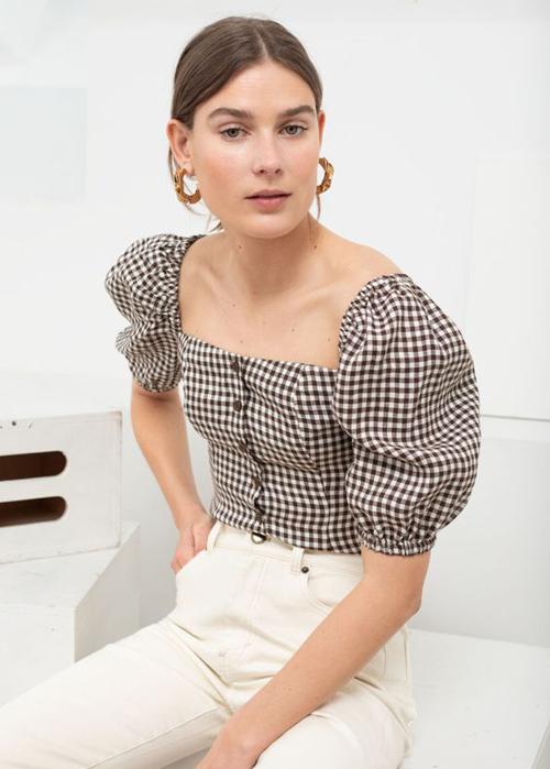 Các mẫu áo tay bồng, cài nút tiếp tục được hâm nóng trở lại. Chúng vừa tôn nét nữ tính vừa có khả năng đề cao nét gợi cảm cho người mặc.