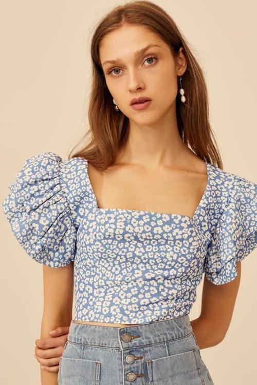 Muốn trở nên xinh xắn và đáng yêu hơn các nàng có thể chọn các kiểu áo lửng thiết kế vai bồng và in họa tiết hoa nhí.