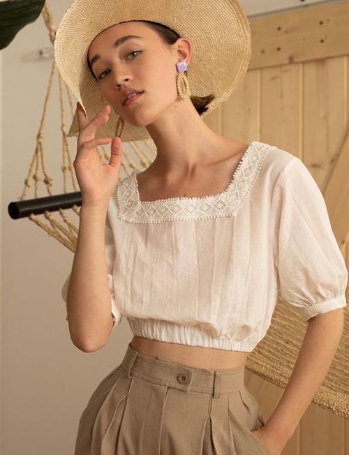 Đối với các bạn gái yêu thích phong cách bánh bèo thì có thể tham khảo các set đồ kết hợp giữa áo voan lụa, chiffon lụa đi cùng quần vải linen, vải bố mỏng.