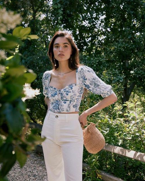 Áo lửng phảng phất phong cách cổ điển với chi tiết vai bồng, cắp cúp ngực tinh tế sẽ khiến phái đẹp sành điệu với xu hướng hè 2020.