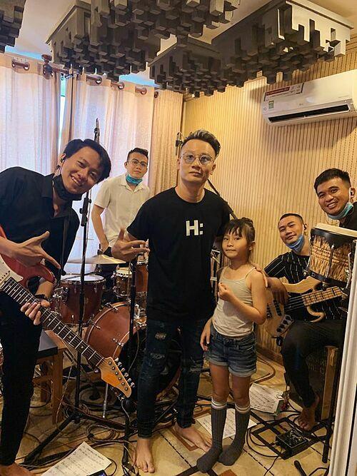Hoàng Bách cho biết: Hôm nay là một ngày thật đặc biệt. Hoàng Báchkhởi động dự án thu live cùng ban nhạc ca khúc về gia đình do Meo Meo sáng tác.Bốrất vinh dự được song ca với con gái bài hát này.