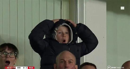 Trong trận đấu với đội bóng cũ MU, Rooney và các đồng đội nỗ lực nhưng không tránh khỏi thất bại 0-3. Chàng Shrek cũng có nhiều pha bóng đáng chú ý,trong đó có cú sút phạt hàng rào bị thủ môn Romero đẩy raở cuối trận khiến cậu con trai cả cũng phải ôm đầu tiếc nuối.