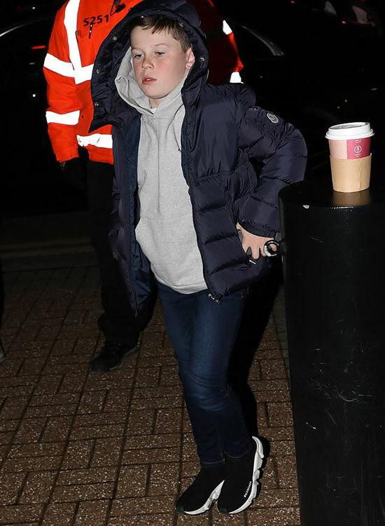 Kai - con trai lớn của vợ chồng Rooney cũng đi cùng mẹ tới Pride Park. Cậu nhóc 9 tuổithường xuyên được bố mẹ cho đến sân xem các trận đấu.