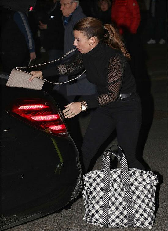 Bà xã Rooney mặc bộ đồ đen, trang điểm nhẹ nhàng và xách theo túi xách to khi tới sân Pride Park trước giờ diễn ra trận đấu.