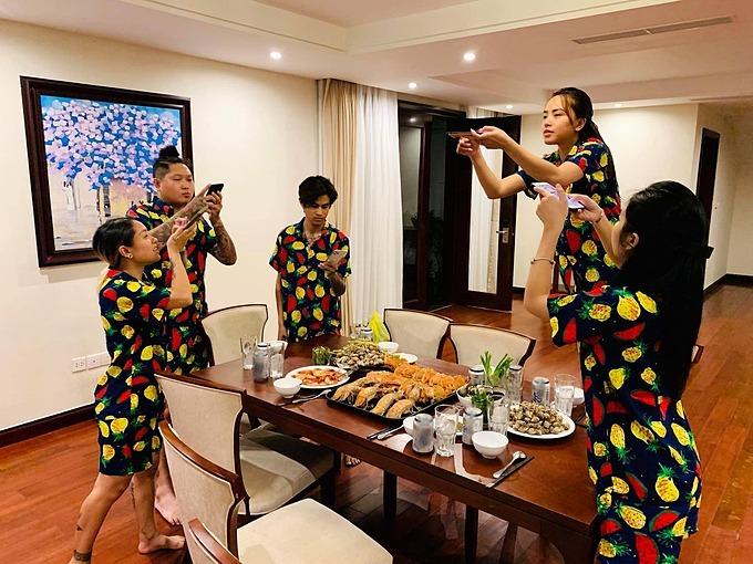 Hải Băng đăng ảnh hậu trường vui nhộn cùng bạn bè tranh thủ pose hình cúng Facebook trước khi ăn.
