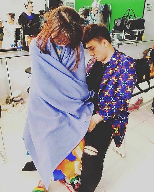 Vợ chồng Hari Won - Trấn Thành bị đồng nghiệp chụp lén khi ngủ gục trong hậu trường đi diễn. Nữ ca sĩ nhìn hình còn không tin mình có thể đứng ngủ được như vậy.