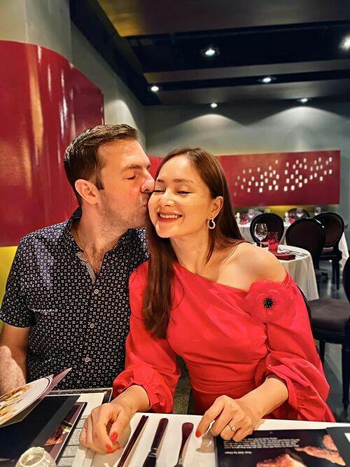 Lan Phương hạnh phúc đón tuổi 37 bên chồng Tây. Nữ diễn viên xúc động: Điều hoàn hảo nhất của ngày sinh nhật hôm nay là việc chàng khổng lồ bay từ Hà Nội vào đưa mình đi ăn.Cô gái nhỏ đi ngủ lúc 7h tối nên sẽ ăn tối với mẹ trong mơ con nhé. Để thuận tiện cho việc quay phim mới, Lan Phương đưa con gái vào Sài Gòn ở, tạm xa chồng Tây vài tháng.