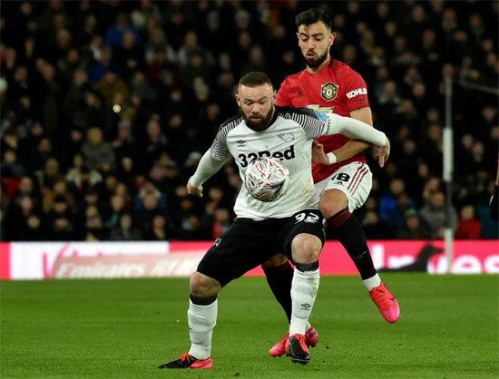Các CĐV MU cũng không ngừng hô tên Rooney dù anh đang khoác áo đội bóng đối thủ. Vượt qua Derby, Quỷ đỏ vào tứ kết gặp Norwich - đội vừa loại Tottenham sau loạt penalty một ngày trước đó.