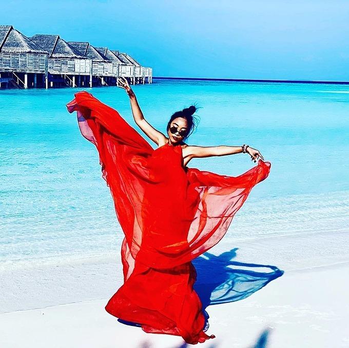 Ca sĩ Đoan Trang ví mình như bông hồng giữa biển trong chuyến du lịch đến thiên đường Maldives.