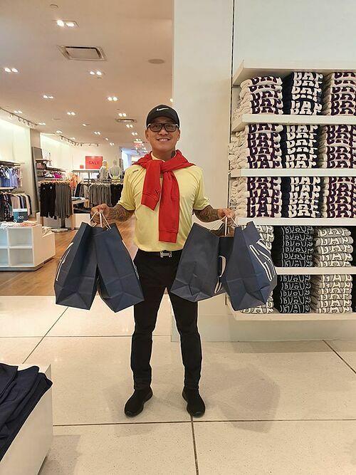 Tranh thủ ngày được nghỉ trong chuyến lưu diễn ở Mỹ, Tuấn Hưng đi mua sắm quần áo cho các con.