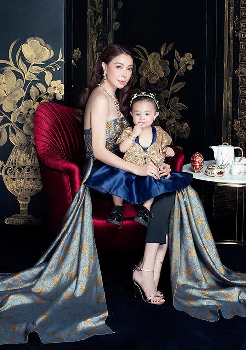 Trà Ngọc Hằng ton-sur-ton điệu đà với con gái hơn 1 tuổi.
