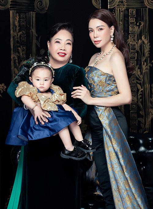 Mẹ Trà Ngọc Hằng hiện sống ở quê nhà Cà Mau. Bà thỉnh thoảng lên Sài Gòn thăm con gái và cháu ngoại.