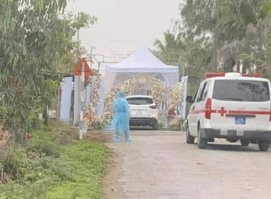 Xe cứu thương tới trước rạp cưới ở Hải Phòngđưa cô dâu, chú rể và người thân đi cách ly trưa 7/3.