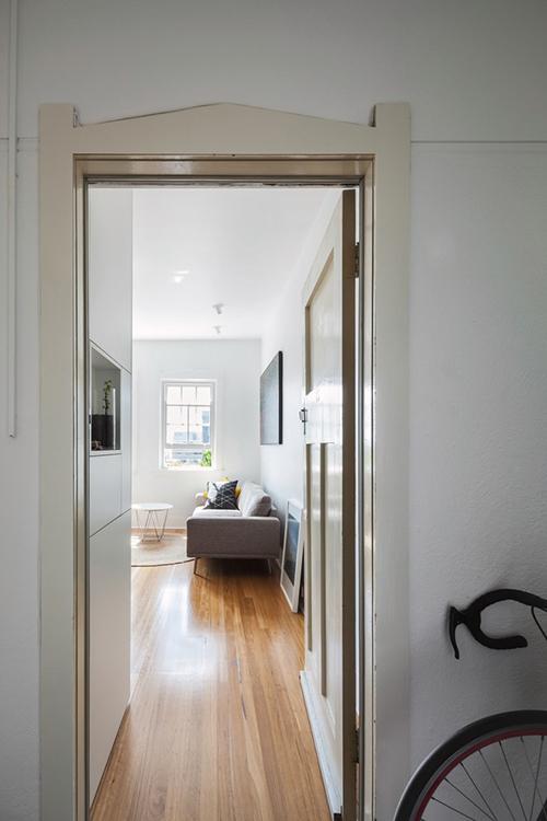 Căn hộ được thiết kế dành cho một cặp trẻ tuổi sinh sống. Nhờ nhóm KTS tối ưu hoá không gian, căn hộ vẫn đủ tiện nghi cho gia chủ dù diện tích nhỏ.
