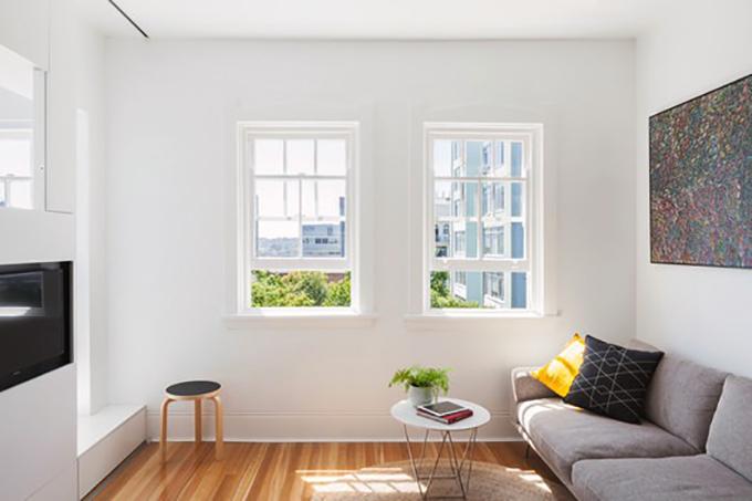 Căn hộ thực tế chỉ có một phòng. Sau đó, nhóm KTS đã chia tách thành các không gian sinh hoạt chung và cá nhân, áp dụng phong cách tối giản.Khu vực sinh hoạt chung vẫn rộng rãi, đón nắng tự nhiên.