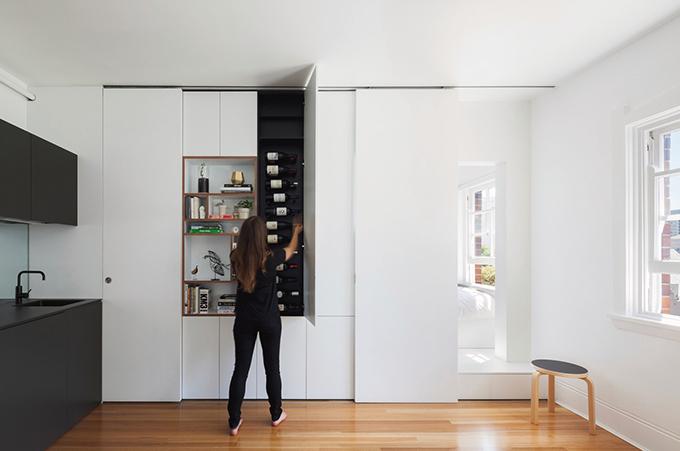 Các đồ gia dụng cần thiết đều được đặt trong tủ cạnh bếp, tạo sự tiện nghi trong quá trình sử dụng.