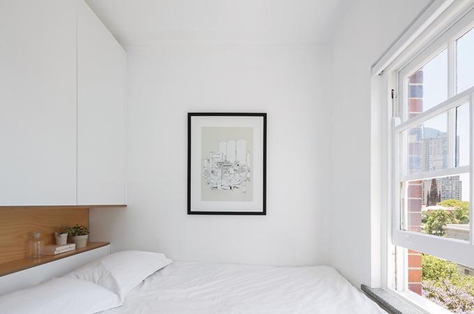 Phòng ngủ chỉ chứa giường cho cặp trẻ tuổi. Các không gian lưu trữ được gắn trên vách tường. Phía trên đầu giường có hộc nhỏ để gia chủ cất sách, đồ đạc.