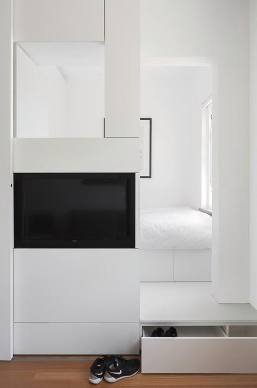 Tất cả không gian lưu trữ của căn hộ được tính toán giống như các mảng ghép trong trò chơi Tetris để tối ưu hoá diện tích. Hộc để cất giày ẩn ngay dưới bậc thềm dẫn vào vào phòng ngủ.