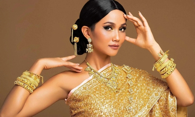 Hoa hậu HHen Niê mong tình hình dịch bệnh tại Hà Nội sớm ổn định. Cô khuyên người thân, người quen và các fan không hoang mang, tiếp nhận thông tin chính thống, bảo vệ sức khỏe bản thân và gia đình.