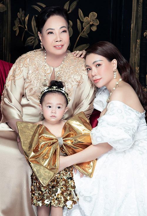 Mẹ và con gái là động lực để Trà Ngọc Hằng nỗ lực làm việc, vừa kinh doanh vừa hoạt động nghệ thuật để có kinh tế vững chắc, lo đầy đủ cho gia đình.