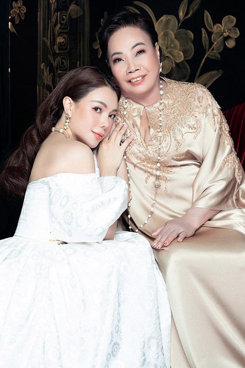 Mẹ Trà Ngọc Hằng luôn ủng hộ mọi quyết định của con và yên tâm khi cô ngày càng trưởng thành, biết suy tính mọi việc thấu đáo.