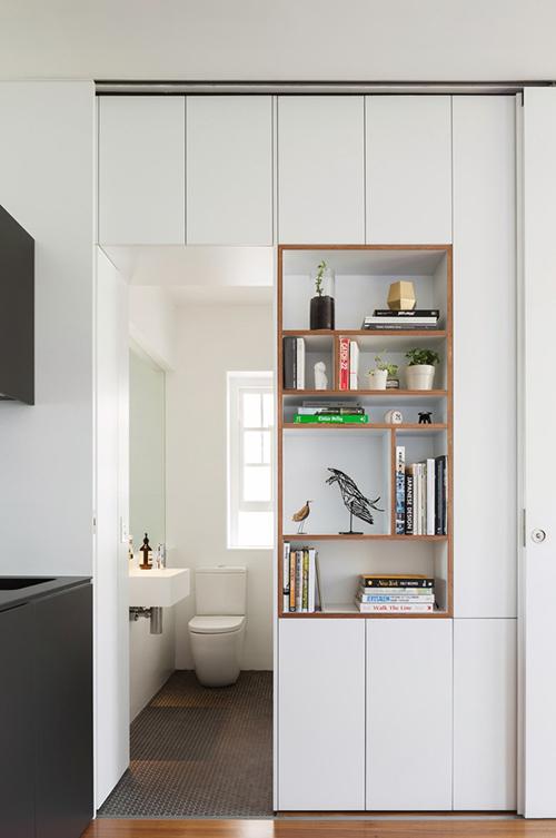 Bí mật của căn hộ diện tích nhỏ là các không gian cá nhân tàng hình sau cánh cửa gỗ. Nhà vệ sinh nhỏ nhưng thoáng đãng, vẫn có cửa sổ đón nắng, gió, tạo sự lưu thông không khí.