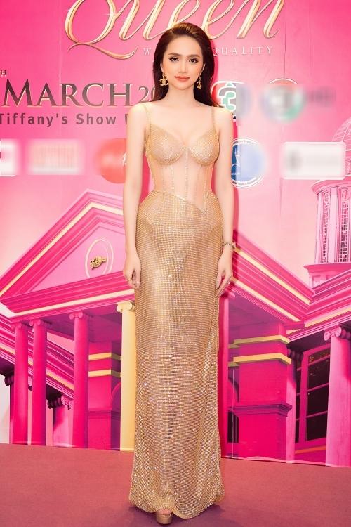 Thiết kế ánh kim với chất liệu xuyên thấu giúp Hương Giang khoe trọn hình thể gợi cảm. Người đẹp cao 1,7 m, số đo 86-62-90 cm.