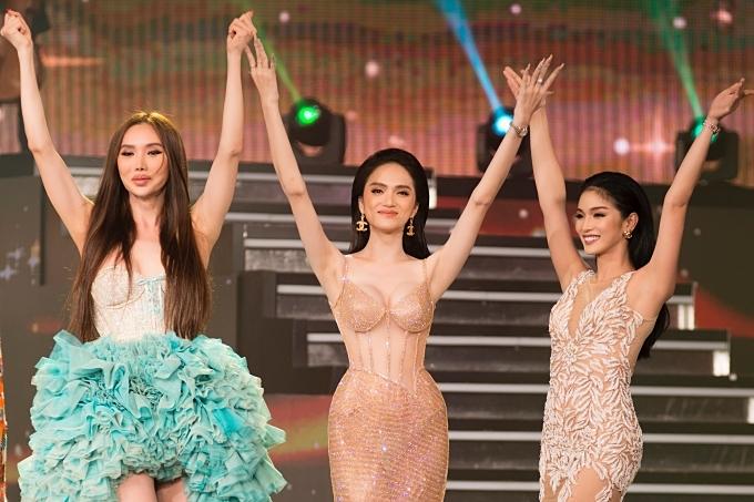 Màn trình diễn của các người đẹp nhận được nhiều cổ vũ từ khán giả theo dõi.