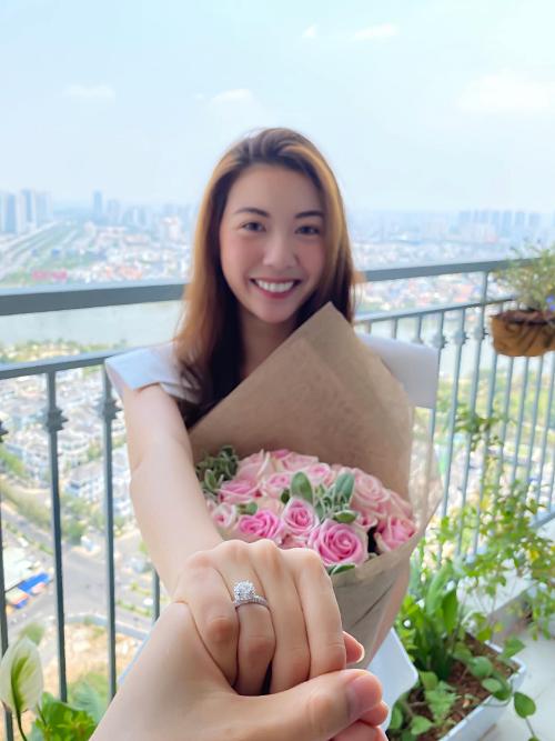 Bạn trai bí mật tạo bất ngờ cho Thúy Vân khi cầu hôn cô sáng 8/3. Nam doanh nhân chuẩn bị hoa và nhẫn khiến người đẹp hạnh phúc.