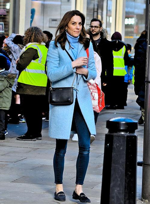 Kate xuất hiện trên con phố đông đúc ở gần Điện Kensington London hôm 6/3. Ảnh: Backgrid.