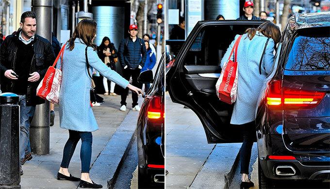 Nữ công tước xứ Cambridge mở cửa xe ra về sau khi rời hiệu sách gần Điện Kensington hôm 6/3. Ảnh: Backgrid.