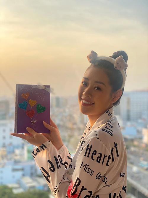 Hoa hậu Khánh Vân tự tay làm thiệp tặng mẹ.