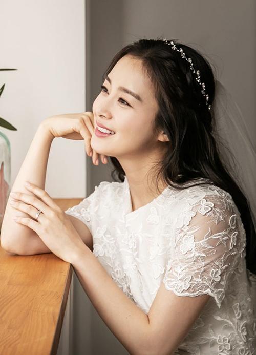 Đã có hai con và bước vào độ tuổi 40 nhưng nữ minh tinh xứ Hàn vẫn giữ được nét đẹp trẻ trung, thách thức thời gian.