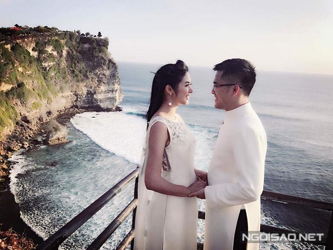 Ảnh cưới của hoa hậu và bạn trai chụp nhân chuyến công tác tại Bali. Mẫu áo dài cách điệu mà Ngọc Hân diện do cô tự thiết kế, có tà phụ dài.