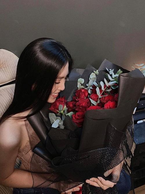 Hoa hậu Tiểu Vy nhận được bó hoa hồng ngọt ngào nhưng giấu kín thông tin người tặng.