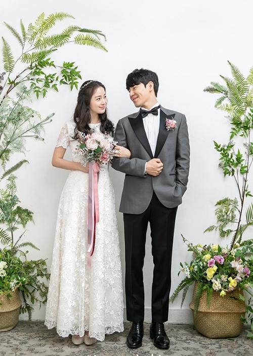 Bộ ảnh cưới diễn tả khoảng thời gianhai nhân vật trong phim chuẩn bị bước vào cuộc sống chung. Trong đó, mẫu đầm ren của Tae Hee được giới trẻ xứ Hàn yêu thích vì thiết kế không kén dáng, dễ mặc.