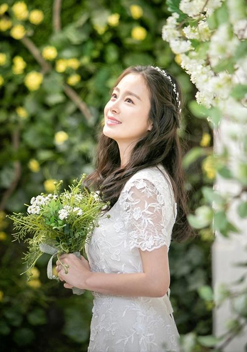 Cô dâu Cha Yoo Ri được makeup trong trẻo tông hồng đào,lông mày kẻ ngang, tóc xoăn và kết hợp bờm đính đá.