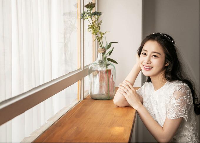 Kim Tae Hee trở thành từ khoá được tìm kiếm nhiều trên mạng xã hội Hàn Quốc khi nhà sản xuất bộ phim Hi Bye, Mama đăng tải loạt ảnh cô diện váy cưới. Đây là lần đầu tiên Kim Tae Hee trở thành cô dâu màn ảnh sau hơn ba năm kết hôn với tài tử Bi Rain.