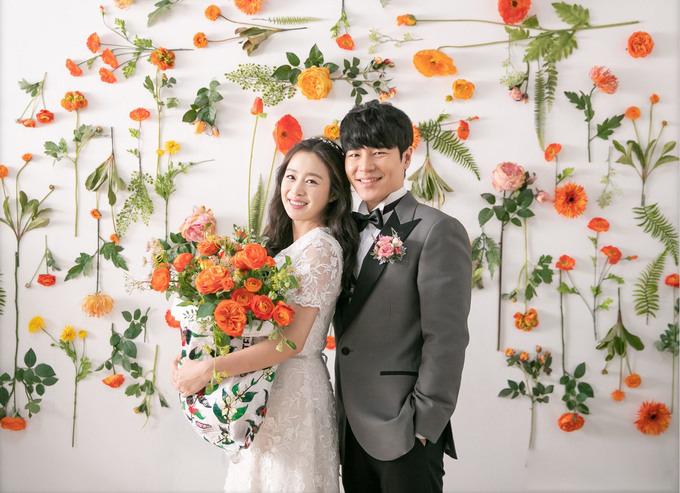 Đây là những hình ảnh hiếm hoi mà nữ diễn viên diện váy cưới sau hôn lễ bí mật với Bi Rain cách đây 3 năm.