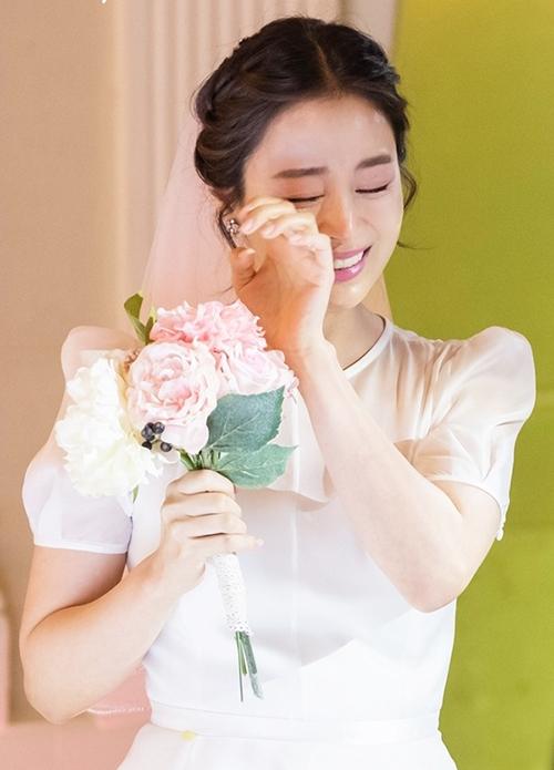 Ở một phân cảnh khác, Kim Tae Hee diện váy tay bồng, không hoạ tiết.