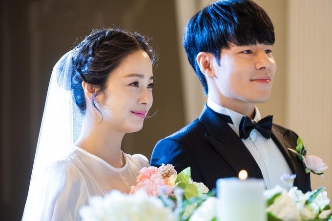 Cả hai nhân vật trong phim cùng diện lễ phục cưới, bước vào lễ đường ở tập một.