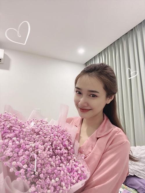 Trường Giang vắng nhà nhưng không quên chuẩn bị bó hoa gửi vợ ngày 8/3.