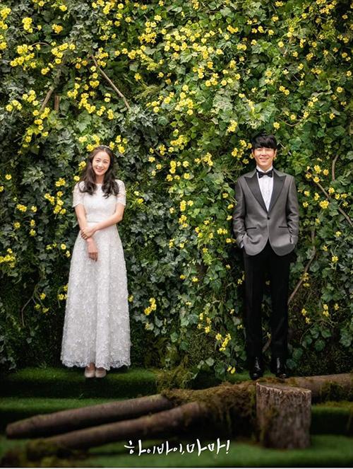 Váy mang phom dáng A xoè nhẹ, có nhiều lớp lang, với lớp ngoài cùng điểm hoạ tiết hoa ren.
