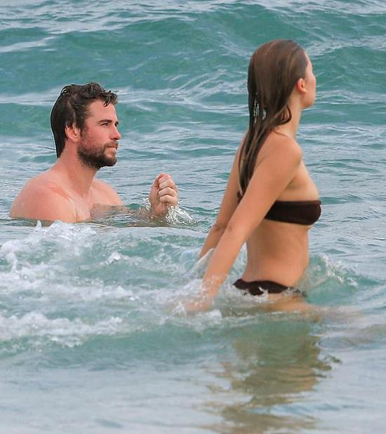 Liam và bạn gái tận hưởng nắng vàng, biển xanh ở Australia hôm 6/3.